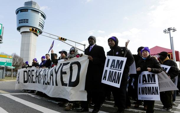 Работники аэропортов перекрыли мост в Нью-Йорке, требуя повышения зарплаты