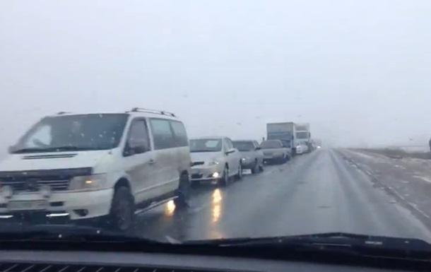 Бегут от обстрелов: на трассе из Донецка огромная пробка