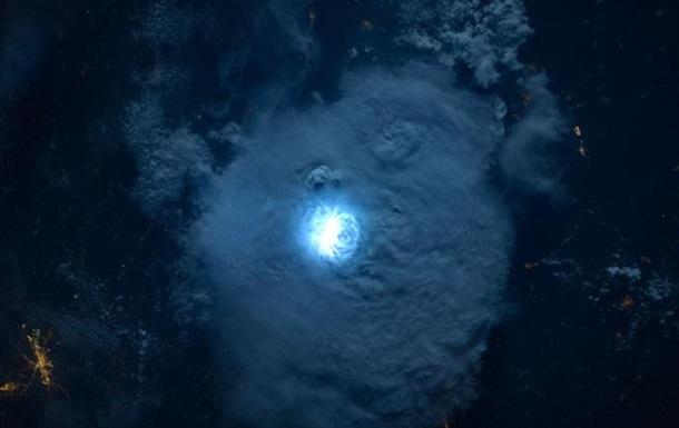 Астронавти МКС показали блискавку з космосу