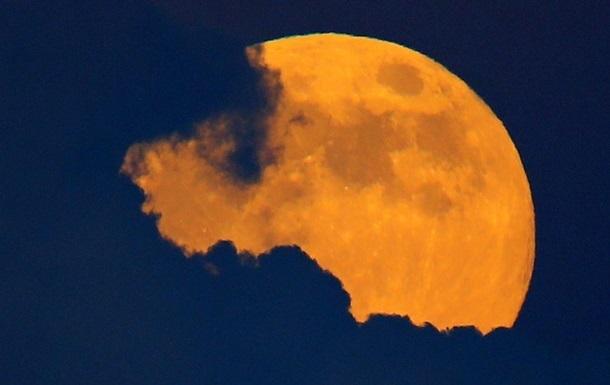 На Місяці зберігаються найдавніші сліди земного життя - вчені