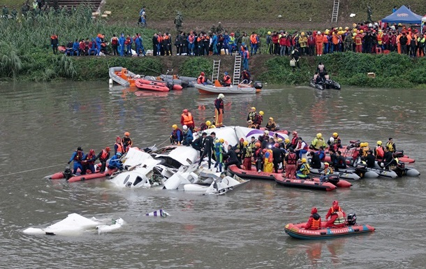 Крушение самолета в Тайване: спасатели ищут 12 человек