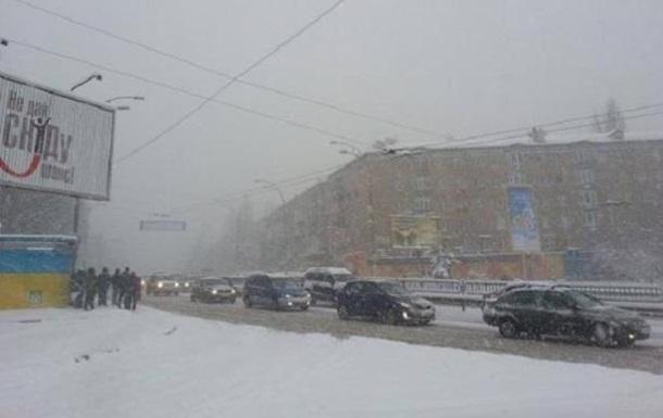 Снігопад у Києві: в їзд транспорту до міста обмежений