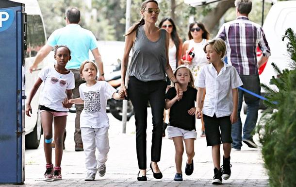 Анджеліна Джолі і Бред Пітт усиновлять ще одну дитину - ЗМІ