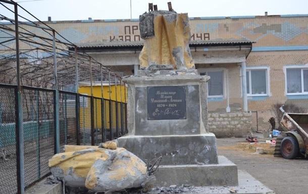 На Одещині знесли черговий пам ятник Леніну