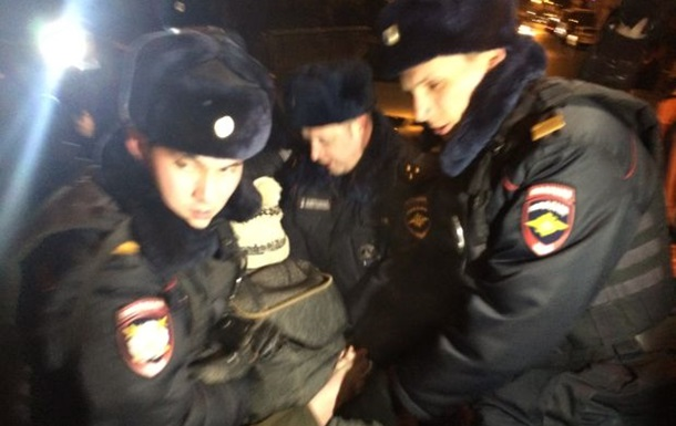 В Москве задержали людей за попытку возложить цветы в память Небесной сотни