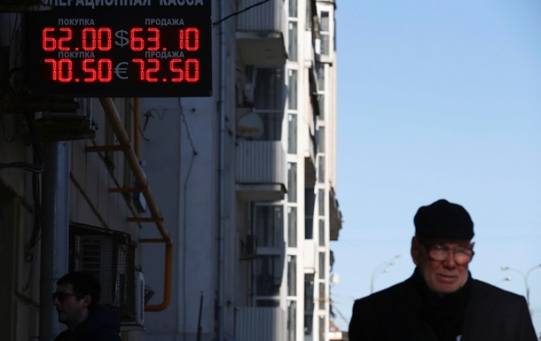 Рубль падает на фоне дешевеющей нефти