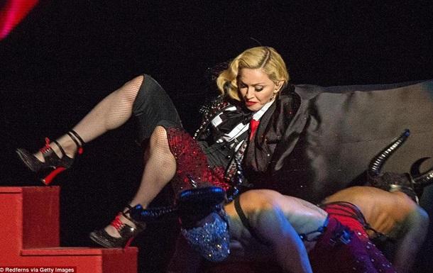 Мадонна впала зі сходів під час виступу на BRIT Awards