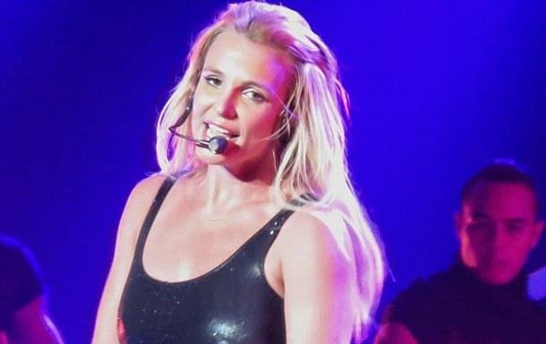 Бритни Спирс потеряла часть волос во время концерта