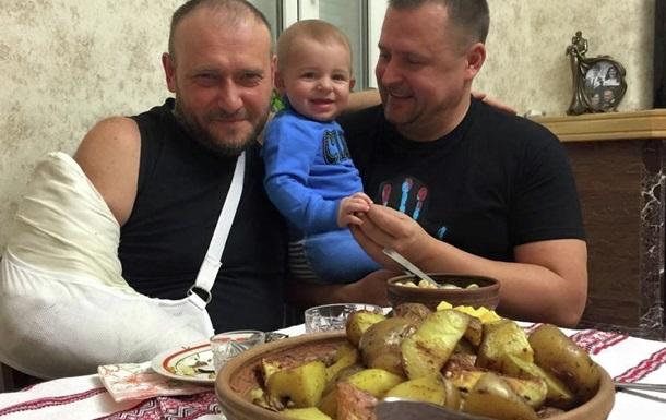 Facebook заблокував заступника Коломойського за фотографію з ножем Яроша