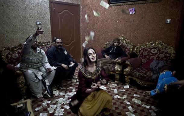 Трансгендеры в Пакистане: днем мужчина, вечером танцовщица
