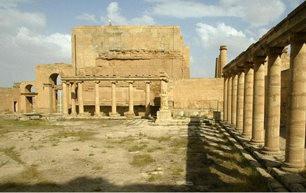 Боевики ИГ уничтожают древние памятники Хатры