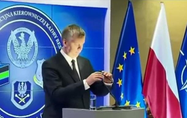 Глава минобороны Польши принял лампочку за микрофон