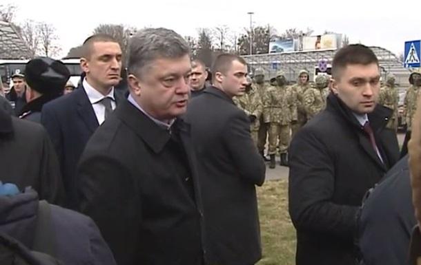 Порошенко на підвищених тонах поговорив зі звільненими працівниками Борисполя