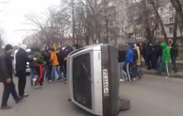 В Одессе протестующие перекрыли дорогу и перевернули автомобиль
