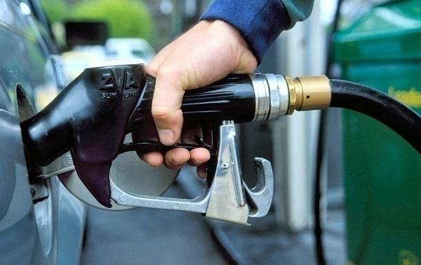Продажі бензину в Україні впали на третину