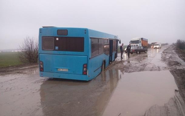 Под Одессой на трассе автобус провалился в яму