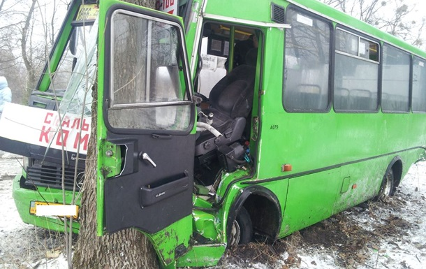 Під Харковом автобус з людьми врізався в дерево