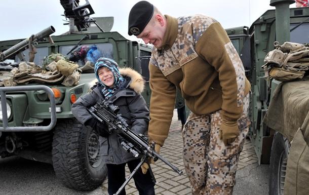 У Латвії хочуть відбирати паспорти в охочих воювати за кордоном