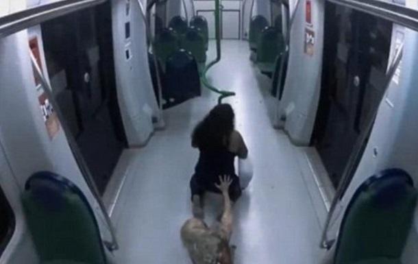 Женщина в метро стала жертвой  зомби