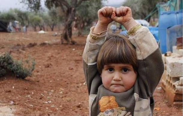 Фото сирийской девочки,  сдавшейся  фотографу, взорвало интернет