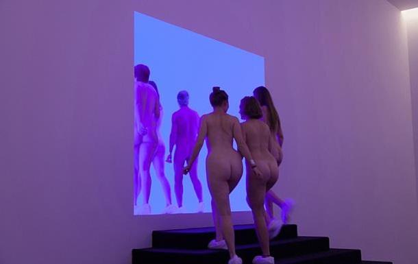 Від нуару до ню-арту: в Австралії відкрили виставку для оголених гостей