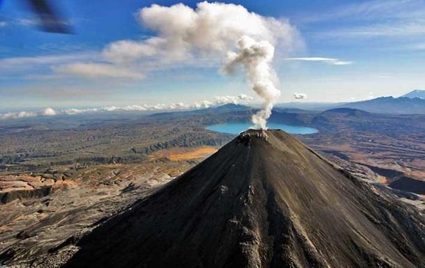 На Камчатке три вулкана выбросили столбы пепла
