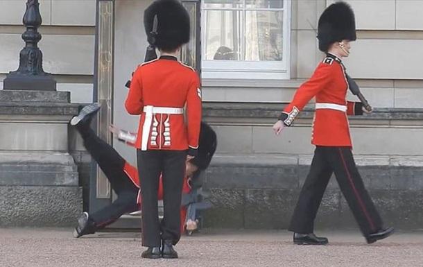 Вартовий біля Букінгемського палацу впав перед натовпом туристів