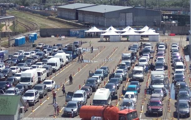 На Керченській переправі застрягли більше двох тисяч авто