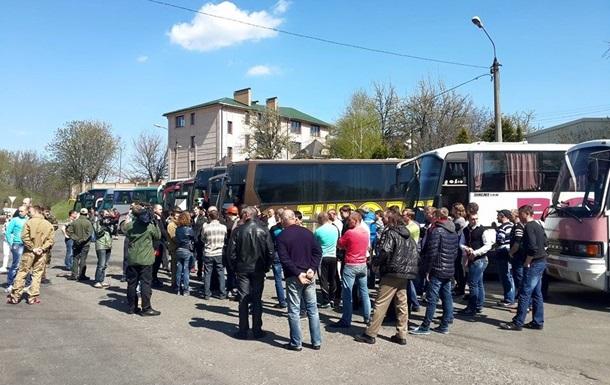 Автомайдан возле Лавры окружил автобусы с шахтерами