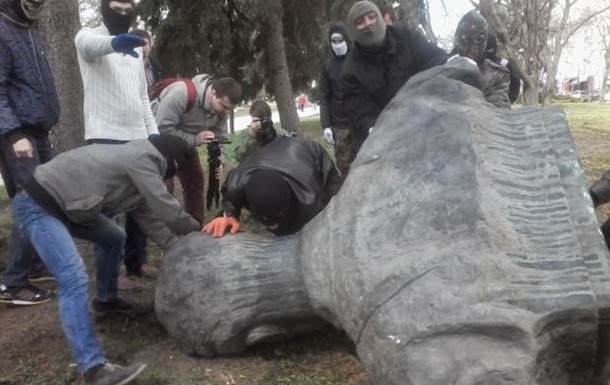 У Чернігові знесли пам ятник Юрію Коцюбинському