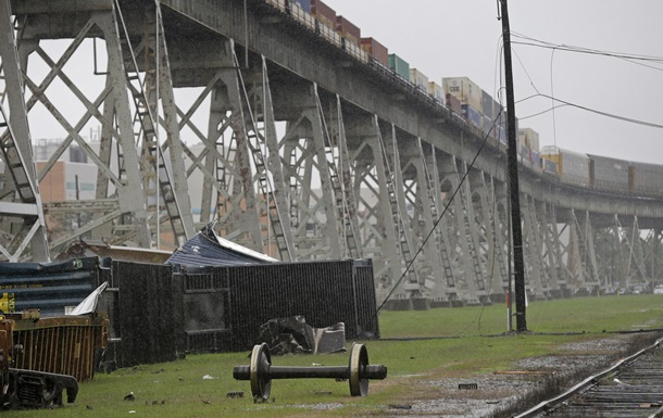 В США шквальный ветер сдул с моста поезд