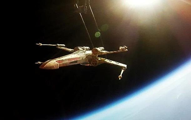 Истребитель X-Wing из  Звездных войн  запущен фанатами в стратосферу