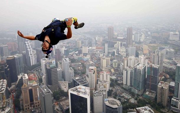 Ролик про стрибок 558 парашутистів з найвищої будівлі у світі став хітом