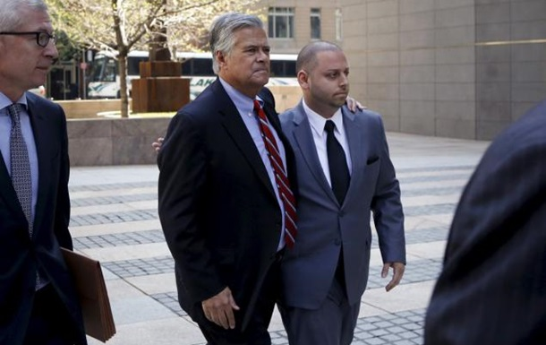 В Нью-Йорке арестованы председатель сената и его сын