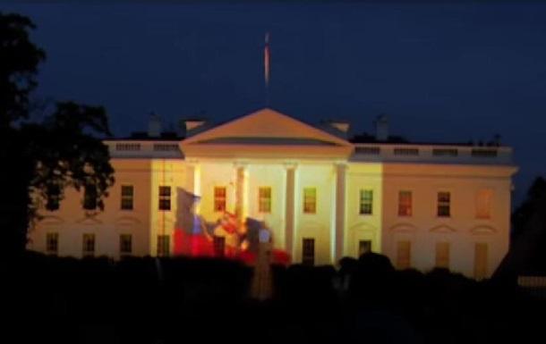 На Белый дом спроецировали российский флаг и танки