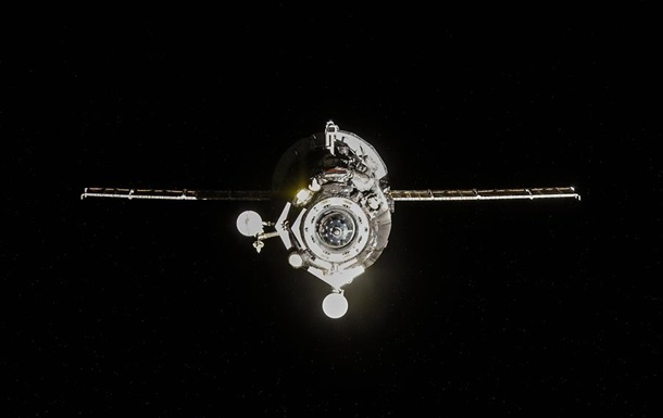 Корабль Прогресс через три часа может войти в плотные слои атмосферы