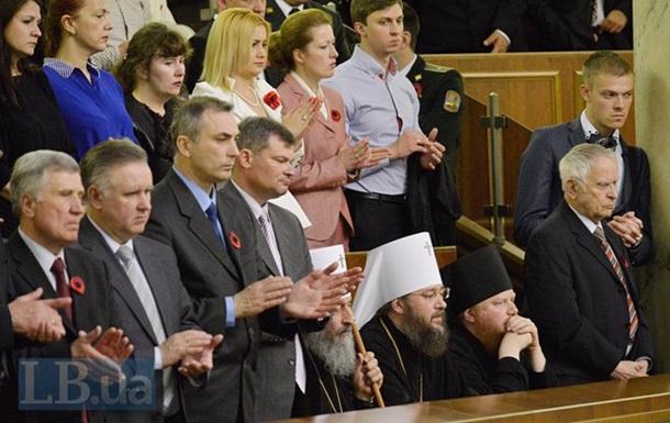 Предстоятель УПЦ МП не піднявся під час вшанування пам яті військових