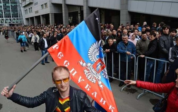 В Донецке проходит шествие по случаю годовщины референдума