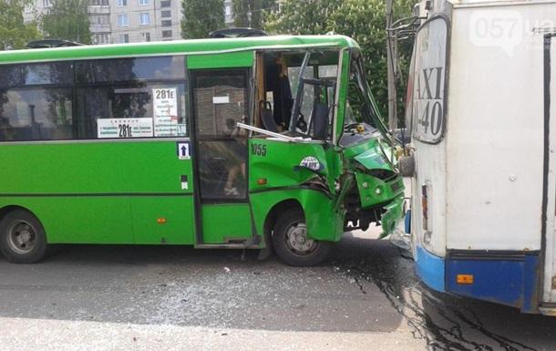 У Харкові маршрутка врізалася в тролейбус, є постраждалі