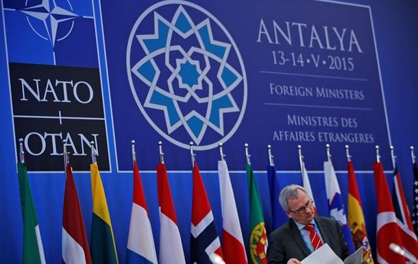 НАТО обеспокоена словами Москвы о размещении ядерного оружия в Крыму