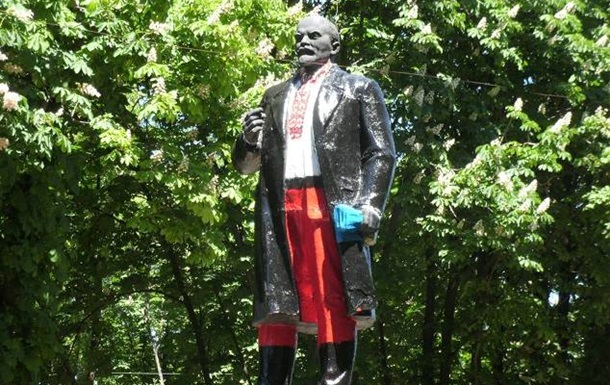В Волновахе памятник Ленину одели в вышиванку и шаровары