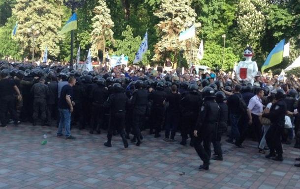 Під Радою горять шини, мітингувальники намагаються прорватися до будівлі