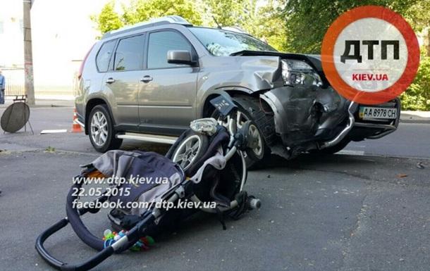 У Києві машина на тротуарі збила коляску: семимісячна дитина в комі