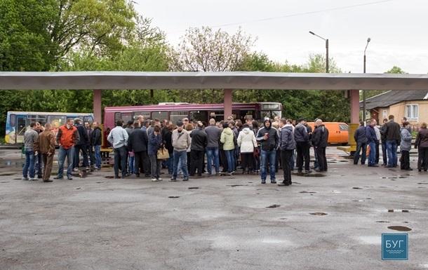 На Волыни шахтеры второй раз за месяц перекрыли трассу, требуя зарплату