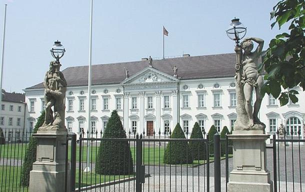 У двір резиденції президента Німеччини кинули коктейль Молотова