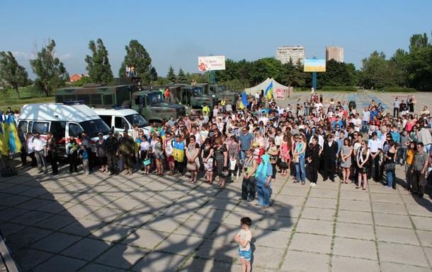 В Мариуполе отметили День героев и провели мини-парад