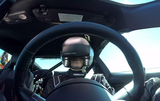 Гонщик проехал в очках виртуальной реальности на Ford Mustang