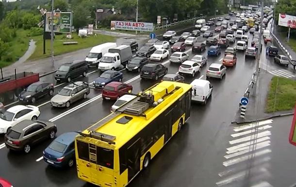 Центр Києва стоїть в заторах: оформляють п ять ДТП
