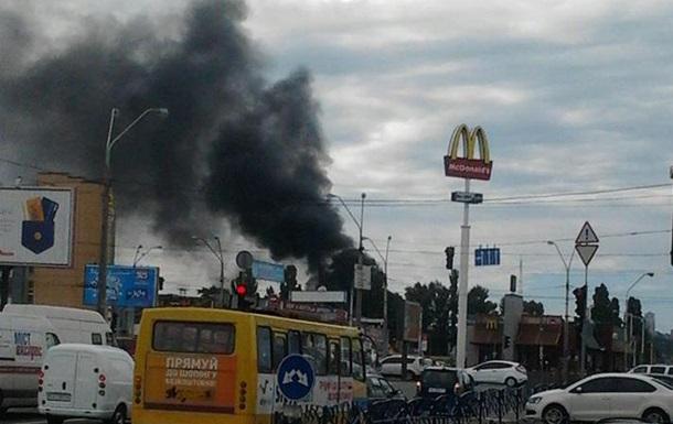 В Киеве горит рынок Петровка