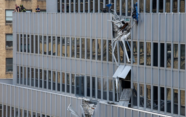 Будівельний кран впав на хмарочос в центрі Нью-Йорка